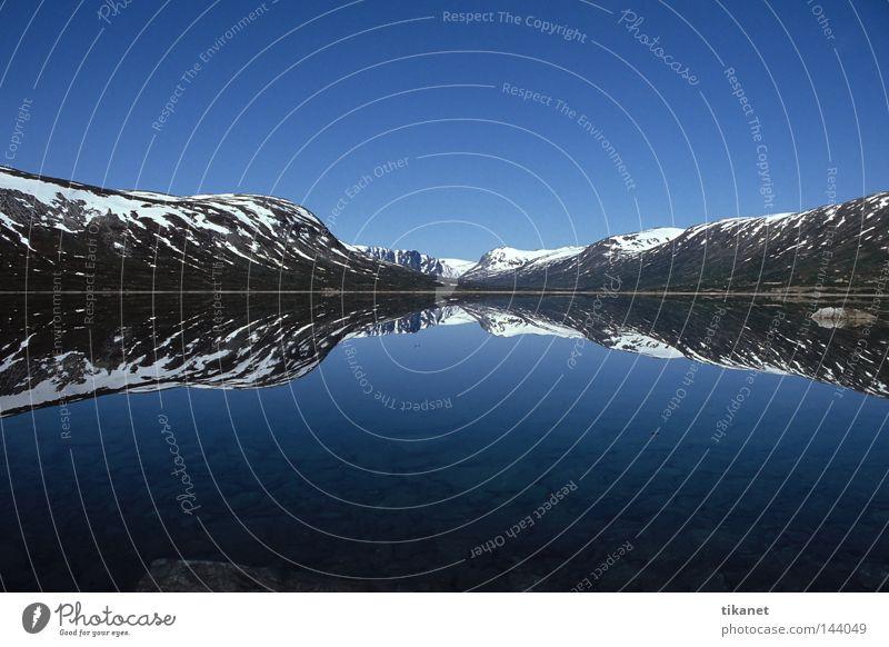 Oben und unten Norwegen See Berge u. Gebirge Schnee Reflexion & Spiegelung Wasser Glätte Ferne ruhig Weitwinkel Horizont Symmetrie Herbst Breidalsvatn