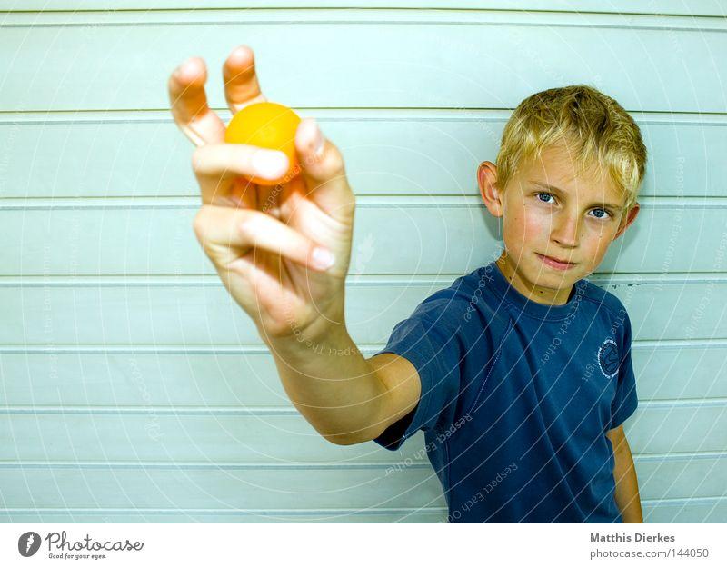 Trophäe klein maskulin Kind T-Shirt Porträt zielstrebig Entschlossenheit Tischtennis Tischtennisschläger Ballsport Aufschlag Körperhaltung Nachkommen Tennis