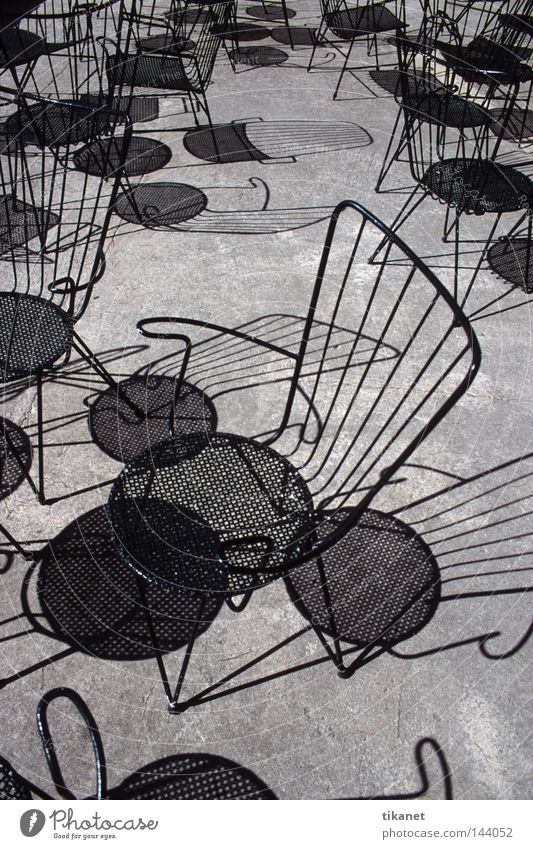 Licht und Schatten Sonne Silhouette Schwarzweißfoto schwarz Mallorca Stuhl Tisch Stahl Draht Gitter leer Möbel Gastronomie scharf umrissen ohne Farbe