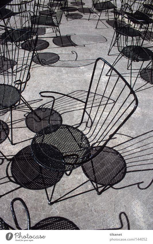 Licht und Schatten weiß Sonne schwarz Tisch leer Stuhl Gastronomie Stahl Möbel Draht Mallorca Schwarzweißfoto Gitter