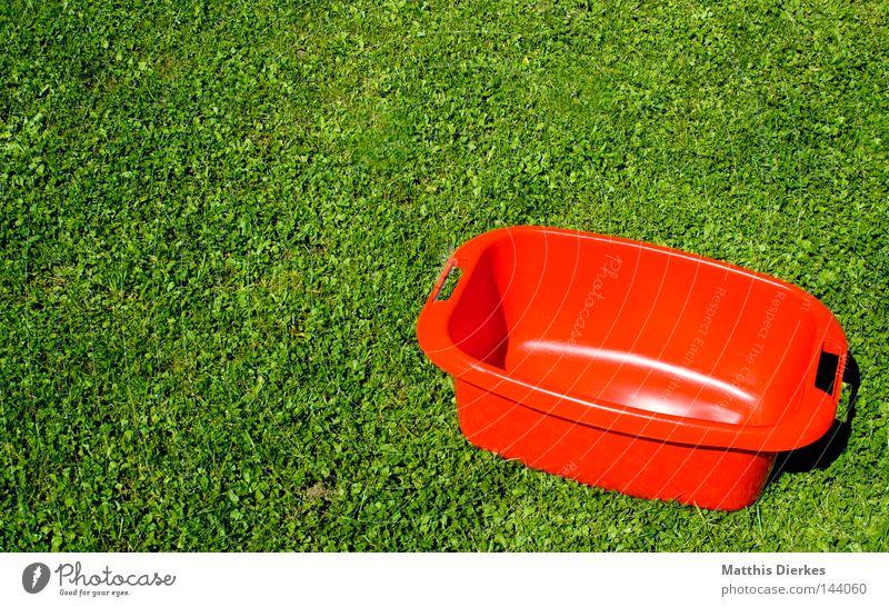 Wäschewanne rot Sommer Haus Umwelt Leben Wiese Garten Arbeit & Erwerbstätigkeit Wohnung leer Häusliches Leben Bekleidung Rasen Hose Bettwäsche Handwerk