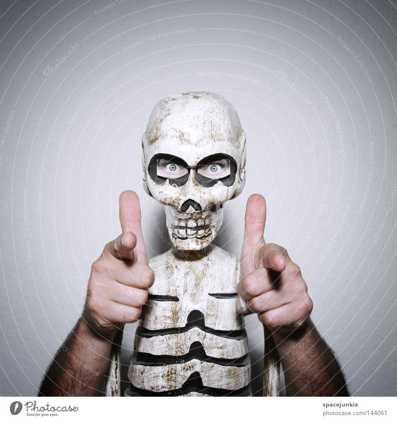 Put your hands up! Skelett Rippen Brustkorb Kopf Schädel Tod Sensenmann fatal gruselig Grab Friedhof Hand Überfall Banküberfall Auge skurril Freude