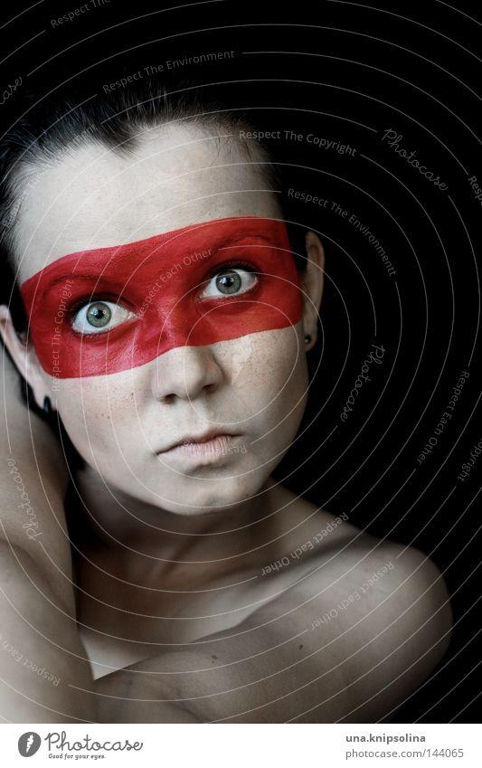 rot sehen Frau Jugendliche Farbe Erwachsene Arme Junge Frau verrückt bedrohlich Schnur Maske Wut Schminke Schulter Held Ärger ernst