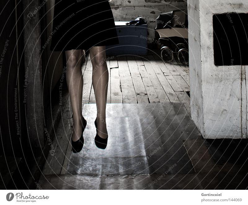 End of all hope Frau alt ruhig Haus Einsamkeit Gefühle Tod Traurigkeit Schuhe Beine Seil verrückt Trauer trist Boden Dach
