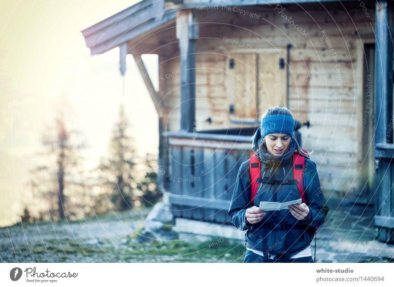 Routenplanung Frau Erwachsene wandern Orientierung Landkarte orientierungslos Navigation Hüttenferien Berghütte Wald Berge u. Gebirge Wanderausflug