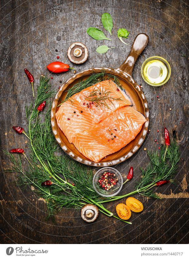 Lachsfilet mit Kräutern in alter Pfanne Lebensmittel Fisch Gemüse Kräuter & Gewürze Öl Ernährung Mittagessen Abendessen Büffet Brunch Festessen Bioprodukte