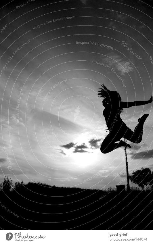 caer de la higuera Wolken Laterne Frau springen schwarz weiß Baum Sträucher Hand Himmel Leichtigkeit Anziehungskraft Schwerkraft schön Jugendliche Freude Sommer