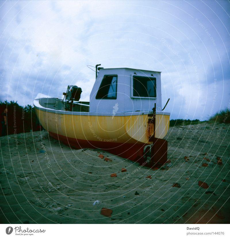 Kurs halten, wir sind gleich da! Wasserfahrzeug Fischerboot Diesel Motorboot Strand trocken gestrandet Kamel Lomografie Küste Schifffahrt Kahn Schifflein