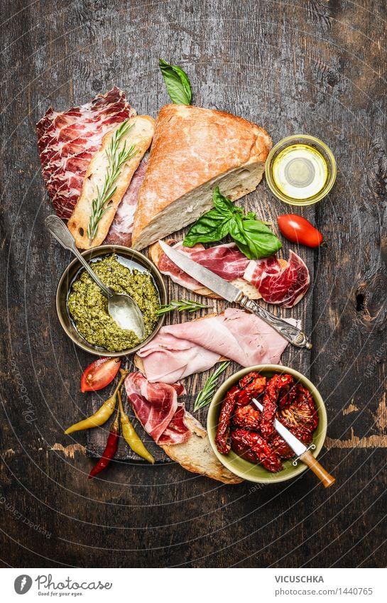Italienische Fleisch- Platte mit Antipasti und Ciabatta-Brot Lebensmittel Wurstwaren Gemüse Kräuter & Gewürze Öl Ernährung Büffet Brunch Picknick