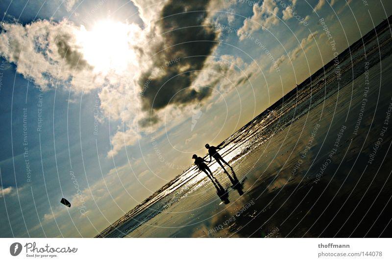 Einfach schräg! Wolken Frau 2 Strand Wellen Meer Kiting Horizont genießen Ferien & Urlaub & Reisen schön Reflexion & Spiegelung Freundschaft Zusammensein Freude