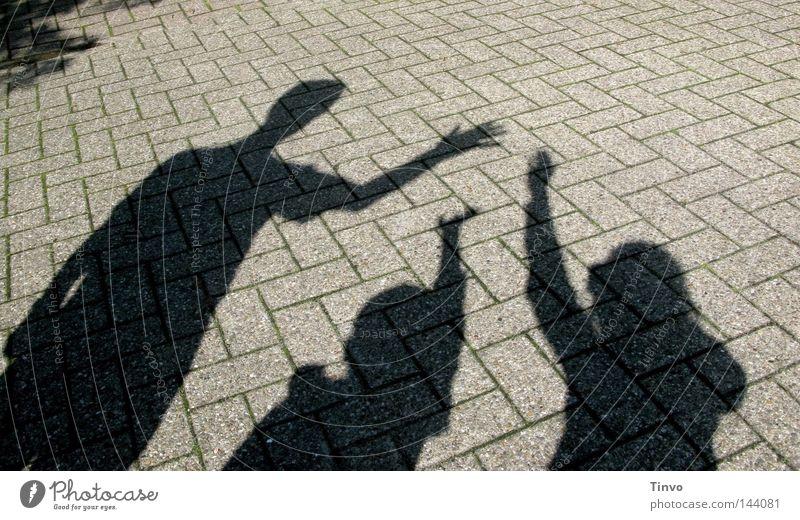 Hallo Mama! Kind Mann Hand schwarz Menschengruppe grau Familie & Verwandtschaft Zusammensein Arme Beton Finger 3 Sträucher Boden Bürgersteig Schatten