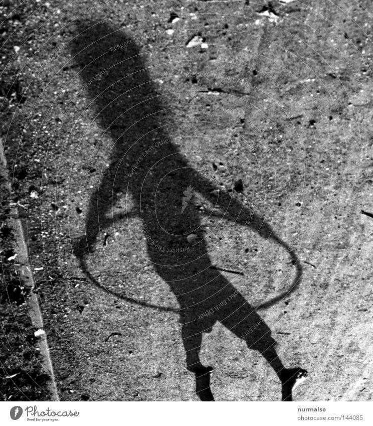 Hulahup two Kreis Ring Sechziger Jahre Hüfte kreisen Schwung Kinderspiel Schatten Wege & Pfade Licht schön Mädchen rosa Unterrock Rock 'n' Roll Spielplatz Bauch