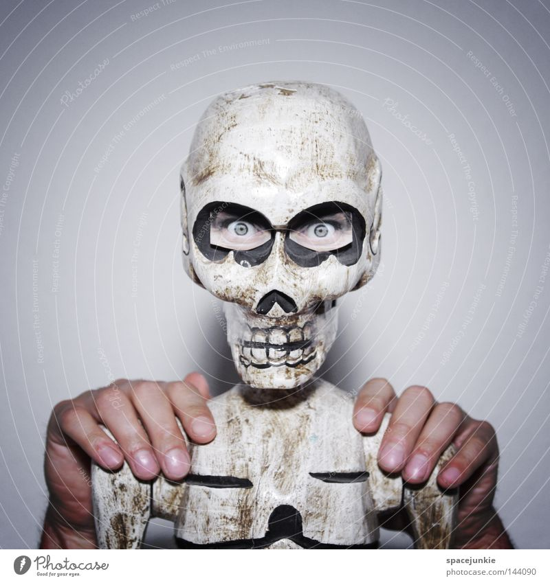 Polonaise Hand Freude Auge Tod Kopf Tanzen gruselig skurril Rippen Friedhof Skelett Grab Schädel fatal Brustkorb