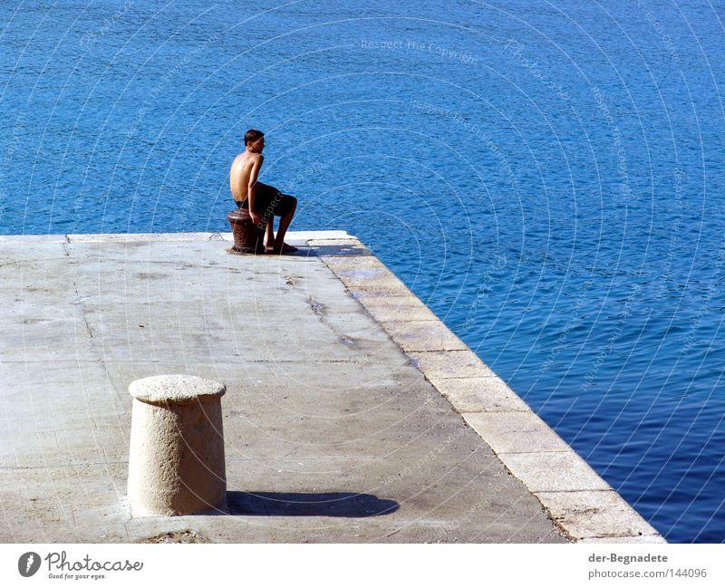 Das Warten Wasser Steg Anlegestelle blau Junger Mann warten Langeweile ruhig abgelegen Poller Schatten Sonnenaufgang Morgen Mensch Meer Mittelmeer Kroatien