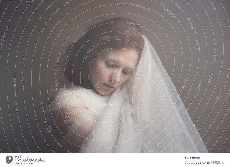 Winterruhe Mensch Frau Gesicht Erwachsene Gefühle feminin Haare & Frisuren Stimmung träumen Körper Haut Schutz Sicherheit Stoff brünett langhaarig
