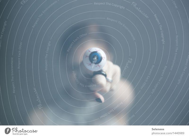 watching you Mensch Hand Auge Finger beobachten Neugier Wachsamkeit Schmuck Ring Interesse achtsam Überwachung spionieren Spitzel Nagellack
