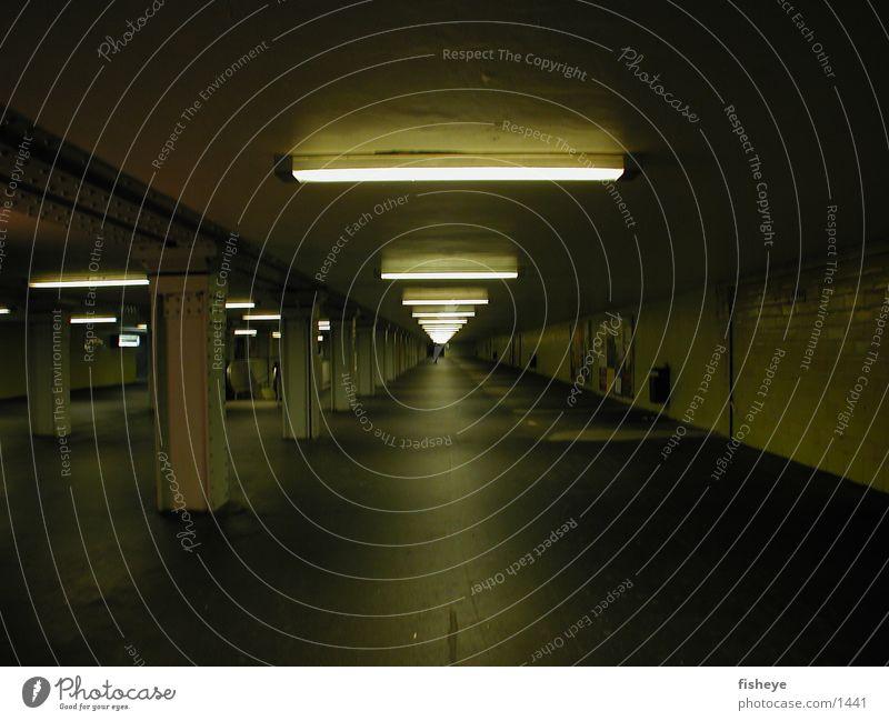 Underground Club Tunnel U-Bahn Bahnhof Neonlicht