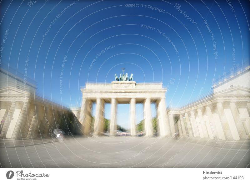 Das Tor nach B. Himmel Ferien & Urlaub & Reisen blau weiß Reisefotografie Straße Architektur Berlin Stein Tourismus Platz Macht Vergangenheit