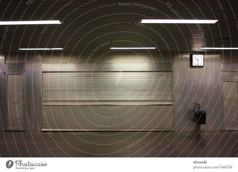 Halb Elf Einsamkeit grau geschlossen leer Uhr Station U-Bahn Theater Köln Bahnhof silber Neonlicht Müllbehälter Bochum Köln-Ehrenfeld
