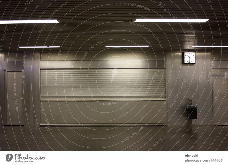 Halb Elf U-Bahn leer Einsamkeit Uhr Müllbehälter grau silber Abend Bochum Theater Station geschlossen Neonlicht Köln-Ehrenfeld Bahnhof