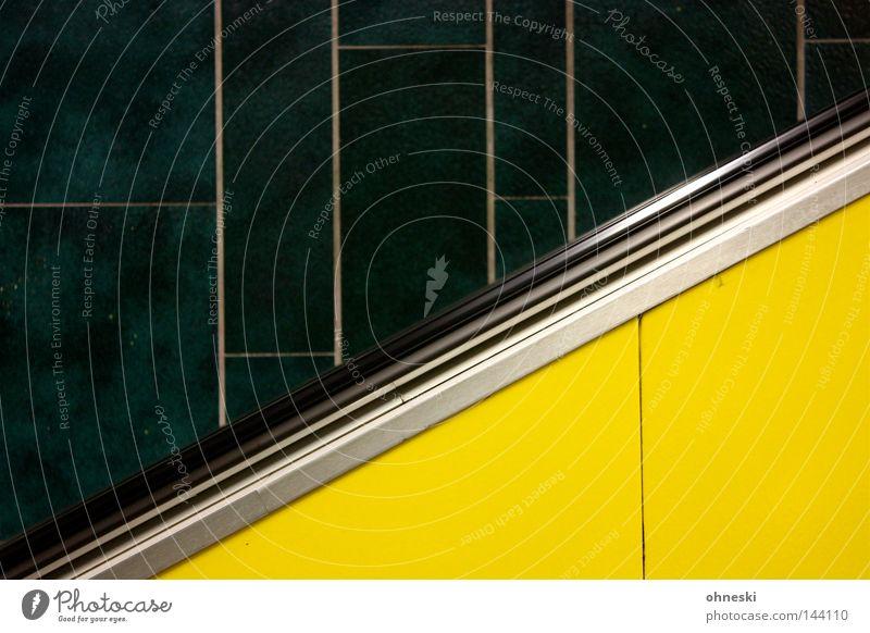 Jamaika-Koalition Kontrast Theater Bahnhof U-Bahn Rolltreppe oben gelb grün schwarz Einsamkeit Farbe unterirdisch Station aufwärts Köln-Ehrenfeld leer graphisch