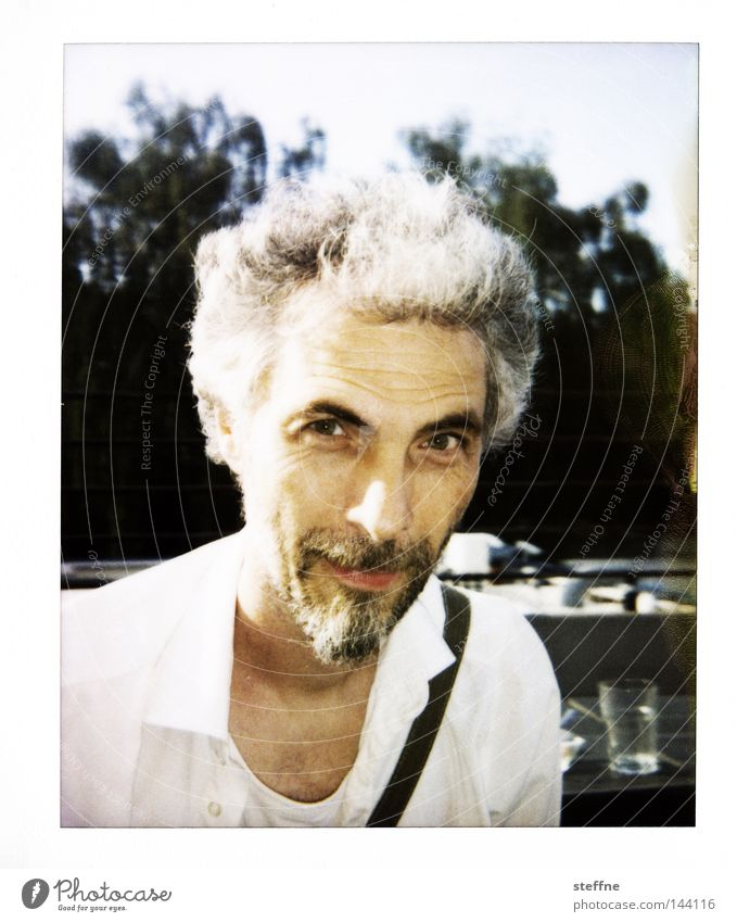 Za Zhamandu Mensch Mann lachen Porträt Bart Freundlichkeit Hemd Polaroid