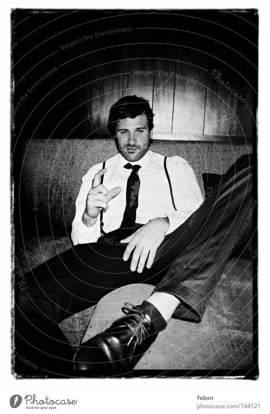 MY PIMP AND I Schwarzweißfoto Alkohol Stil Erholung Sofa Bildung Mann Erwachsene Hand Holz Zeichen groß klein schwarz Schutz Ehrlichkeit Pause Alkoholisiert