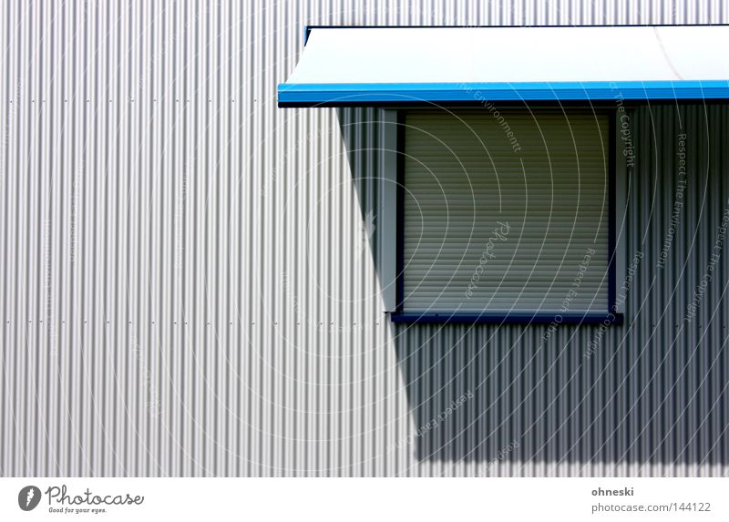 Closed Schatten Jalousie Fenster Markise Licht blau grau Physik Firmengebäude Industrielandschaft Klarheit deutlich minimalistisch einfach Linie gerade