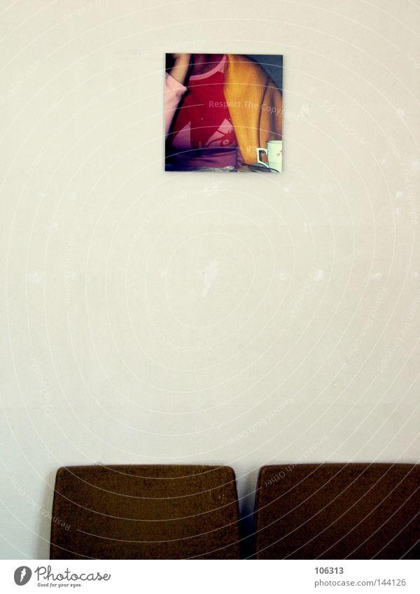 SUSI Wand Fotografie Bild Einsamkeit ruhig Blick Publikum Kunst Kultur Kunsthandwerk susi Vernissage Ausstellung Stuhl Menschenleer Raum