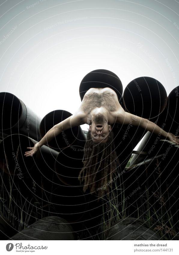BLN 08 | BAUMELN LASSEN hängen baumeln frei Oberkörper nackt Akt Muskulatur Behaarung Brustkorb hinten verkehrt Mensch Mann Dynamik Eisenrohr Röhren Leitung