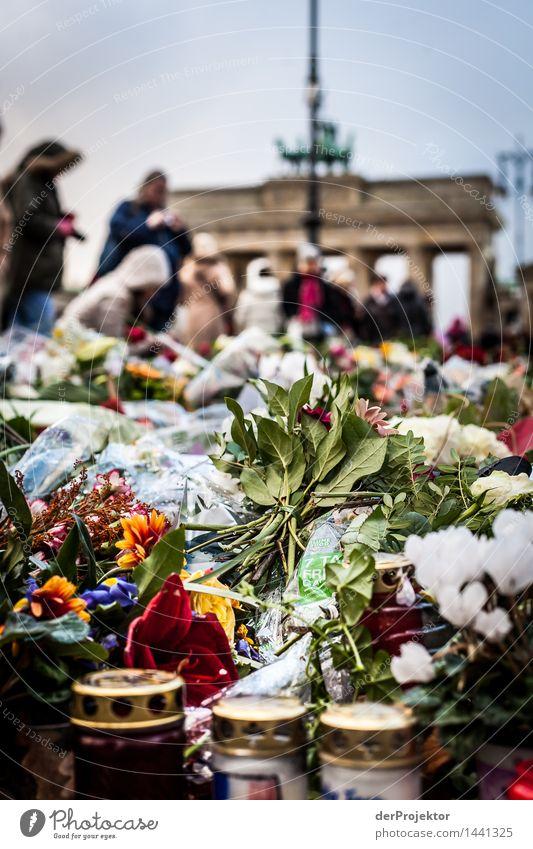 Trauer am Brandenburger Tor dunkel Traurigkeit Tod Zusammensein Angst Kraft bedrohlich Wut Leidenschaft Wahrzeichen Schmerz Duft Denkmal Hauptstadt
