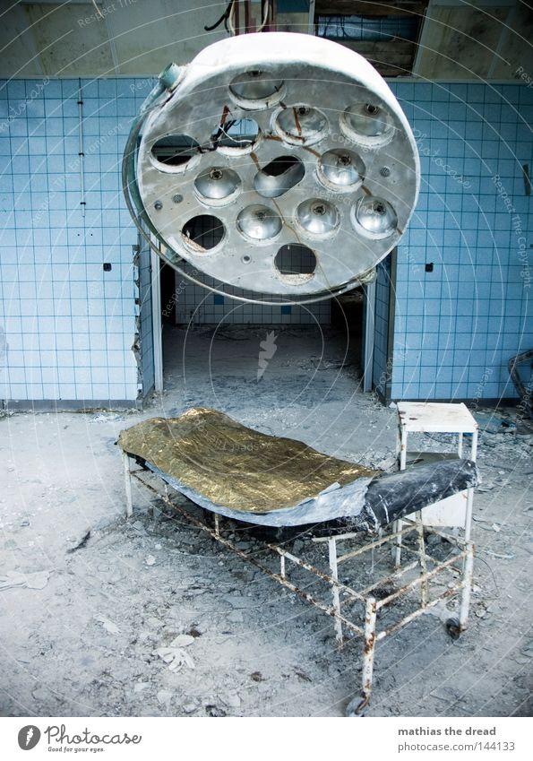 SEHNSUCHT alt Bett Lampe dreckig Saal kaputt verfallen Krankenhaus Verfall Ruine schäbig Zerstörung Leerstand Operationstisch baufällig