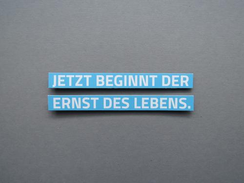 JETZT BEGINNT DER ERNST DES LEBENS. blau weiß Erwachsene Gefühle grau Stimmung Schilder & Markierungen Schriftzeichen Beginn Kommunizieren Zukunft Mut eckig