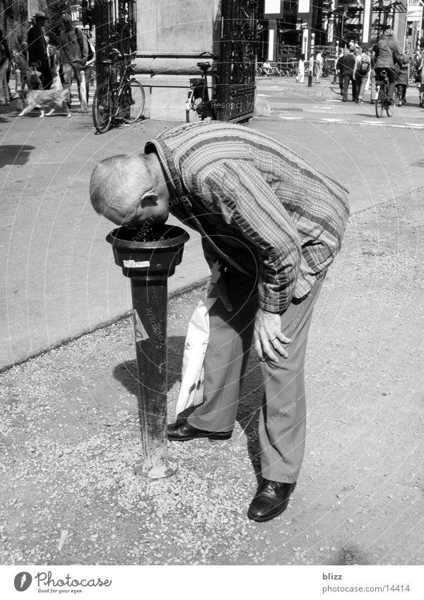 Durst trinken Mann Getränk wasserspender Schwarzweißfoto thirsty man