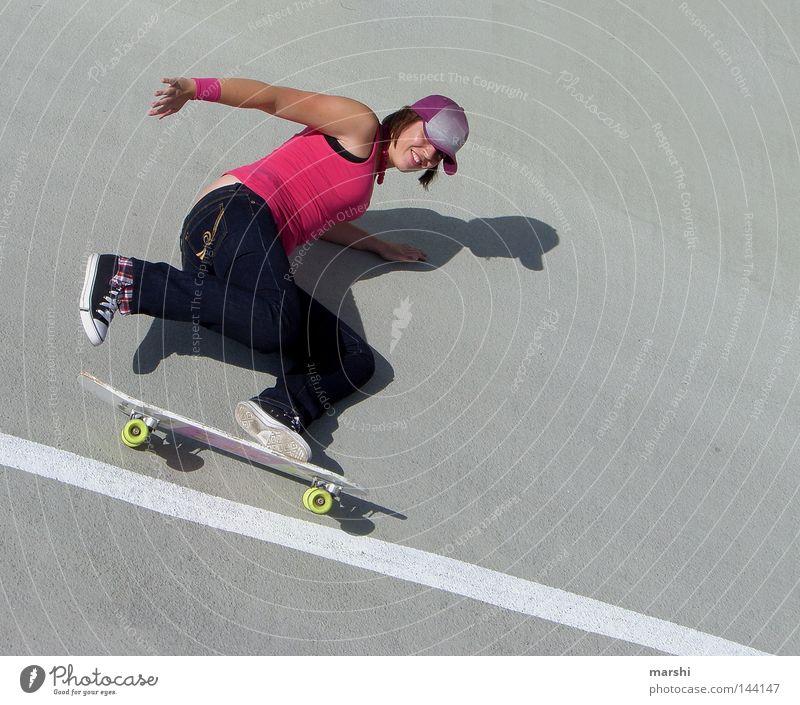 Skater Girl Freude Sport Gefühle Stil Freiheit grau Zufriedenheit rosa Beton Aktion fahren Freizeit & Hobby Skateboarding grinsen sportlich Holzbrett