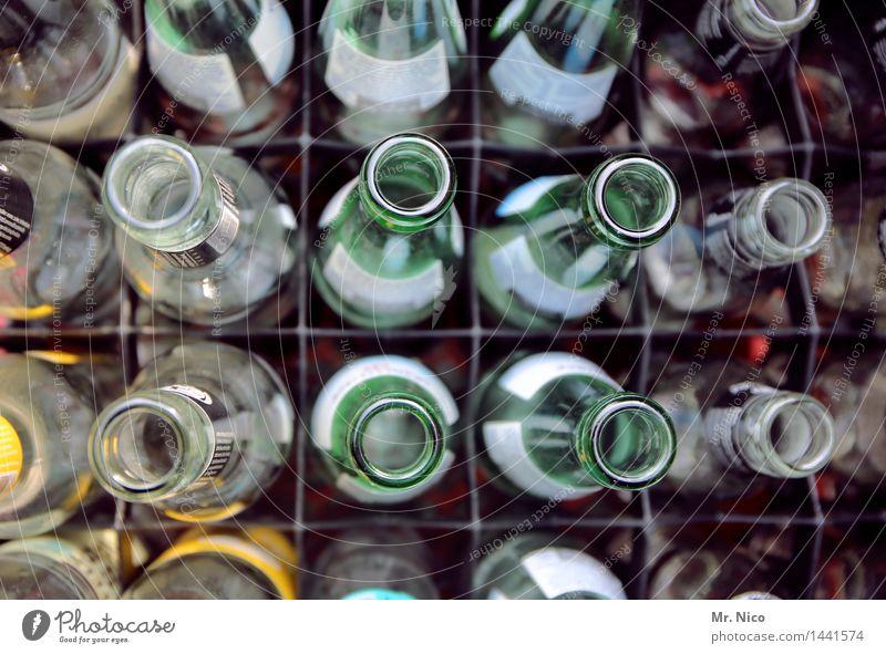schief wie eine flasche leer Feste & Feiern Häusliches Leben Glas Trinkwasser Lebensfreude Getränk Bar Handel Flasche Kasten Durst Erfrischungsgetränk