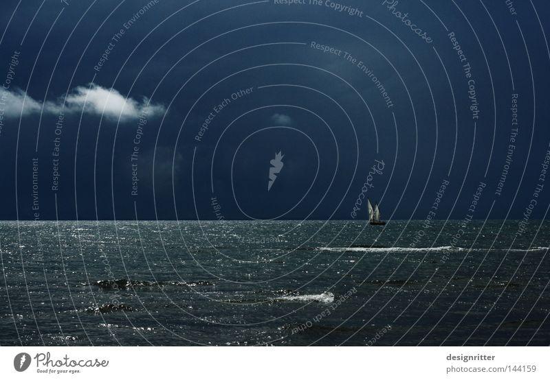 Bis zum Ende Wasserfahrzeug Segelboot Segeln Schifffahrt Meer maritim See Ostsee Luft Brise Wellen Gischt Horizont Ferne Wetter Meteorologie Sturm Wind rau