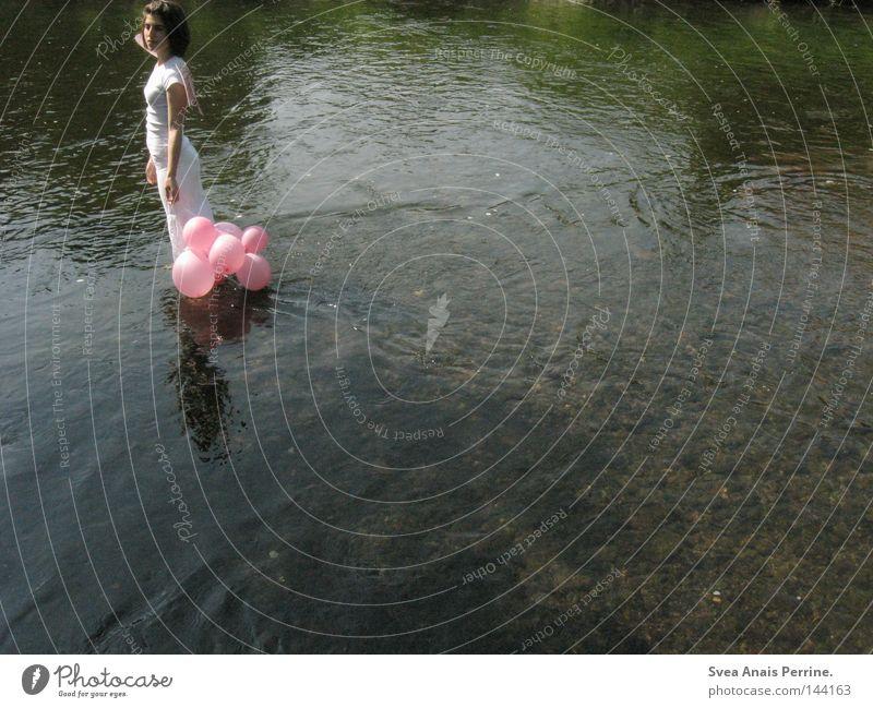 ich will endlich frei sein,doch wohin soll ich gehen? Frau Natur Jugendliche Wasser schön weiß Sommer Einsamkeit kalt Traurigkeit See rosa Hochzeit Trauer Afrika Luftballon