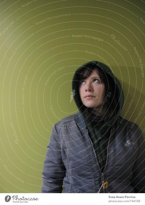 Warum geht es mir so dreckig, was kann ich allein dagegen tun Gesicht Frau Erwachsene Jugendliche Pullover Jacke Denken stehen dunkel kalt oben blau grün