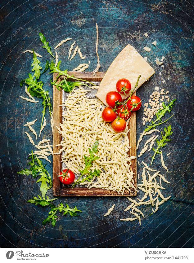Italienische Pasta mit Zutaten auf rustikalem Hintergrund Lebensmittel Käse Gemüse Teigwaren Backwaren Kräuter & Gewürze Ernährung Mittagessen Abendessen