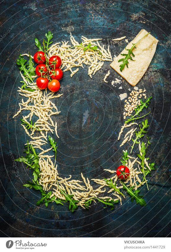 Frische Nudeln und Zutaten fürs Kochen Lebensmittel Gemüse Teigwaren Backwaren Kräuter & Gewürze Ernährung Mittagessen Abendessen Büffet Brunch Festessen