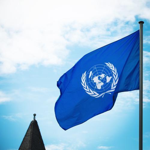 70 Jahre Vereinte Nationen Himmel Wolken Schönes Wetter Wind Turmspitze Zeichen Fahne Beratung Bewegung ästhetisch authentisch Zusammensein positiv blau weiß