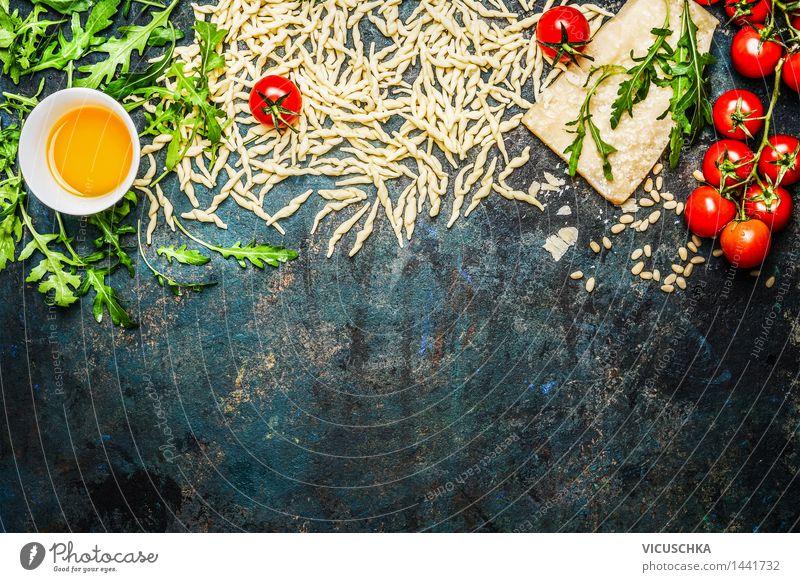 Nudeln mit Tomaten und Zutaten fürs Kochen Lebensmittel Gemüse Salat Salatbeilage Getreide Kräuter & Gewürze Öl Ernährung Mittagessen Abendessen Büffet Brunch