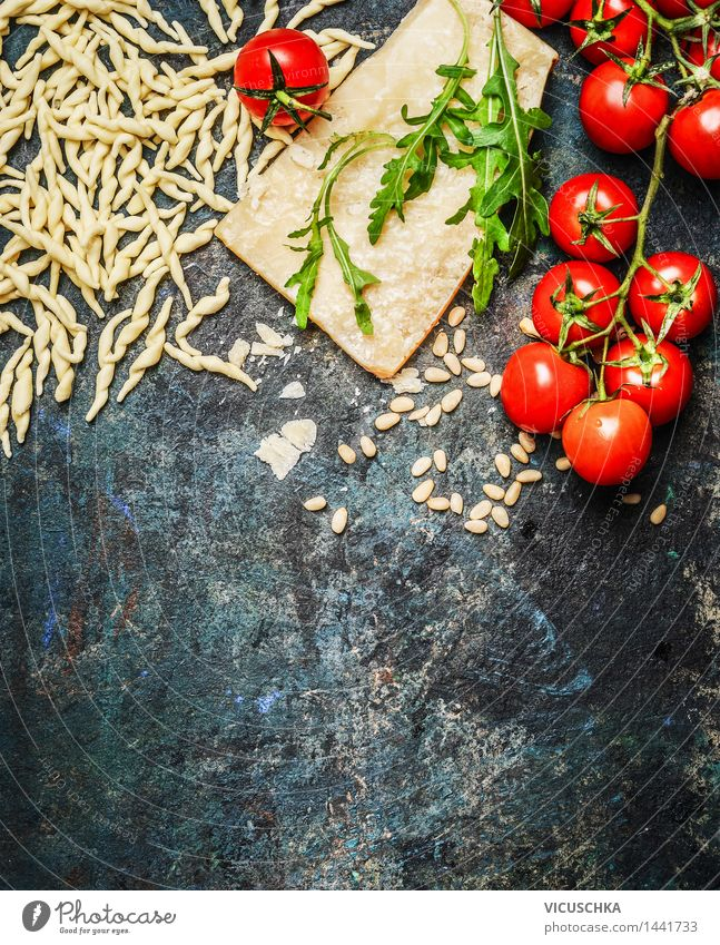 Frische Pasta mit Tomaten , Parmesan und Rucola Lebensmittel Käse Gemüse Teigwaren Backwaren Ernährung Mittagessen Abendessen Büffet Brunch Bioprodukte