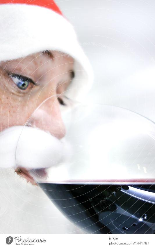 nur einen wönzigen Schlock ! Getränk trinken Alkohol Wein Rotwein Glas Weinglas Rotweinglas Lifestyle Weihnachten & Advent Nikolausmütze Weihnachtsmann