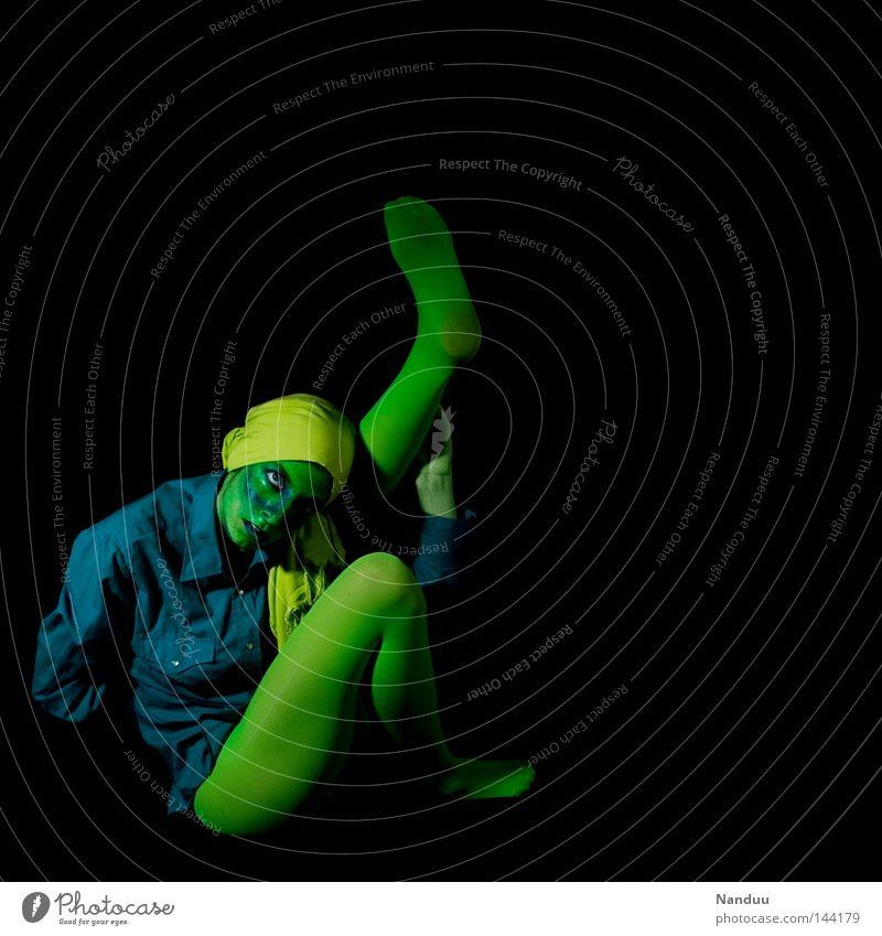 Aufhebung der Trägheit Mensch abstrakt grün blau Alkoholisiert türkis dunkel schwarz Strumpfhose Stoff Tuch seltsam skurril ruhig Frieden träumen Trauer ducken