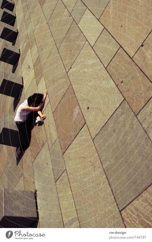 BLN | ROCKABELLA pt.I Beton Frau Häusliches Leben Rockabilly grau trist Körperhaltung liegen Erholung bequem Quadrat eckig Ecke Linie Perspektive