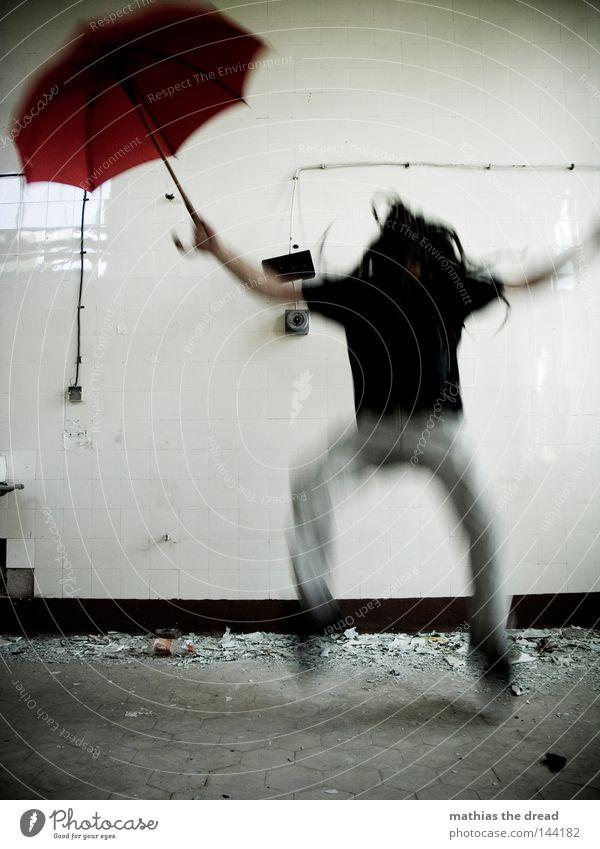 ACH WIE GUT DAS NIEMAND ... Zugabteil Sonnenschirm Regenschirm Schirm rot Dinge Wetter nass Physik feucht vergessen Einsamkeit Tür losgelöst bewegungslos Tod
