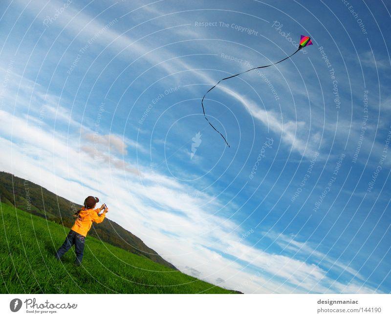 Auf geht's! Kind Himmel Natur blau grün rot Mädchen Freude Wolken gelb Herbst Wiese Spielen Berge u. Gebirge Gras Luft