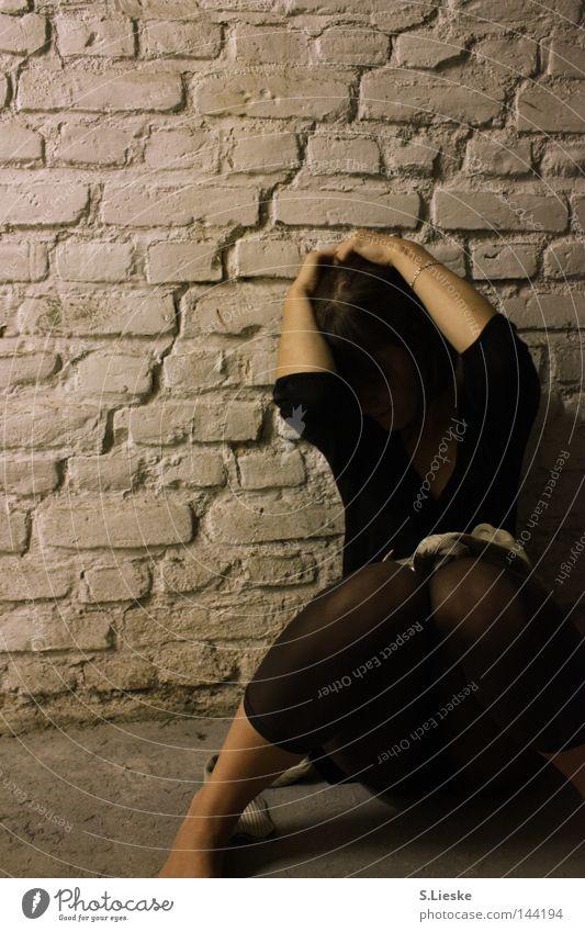Angst 1 Frau schwarz kalt Mauer Schutz Gewalt Panik Keller